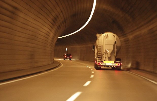 """""""Too-tall"""" truck in Lincoln Tunnel"""